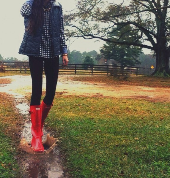 10 Cute Outfits with Red Hunter Rain Boots